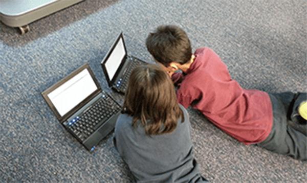 Dzieci wspólnie uczące się programowania