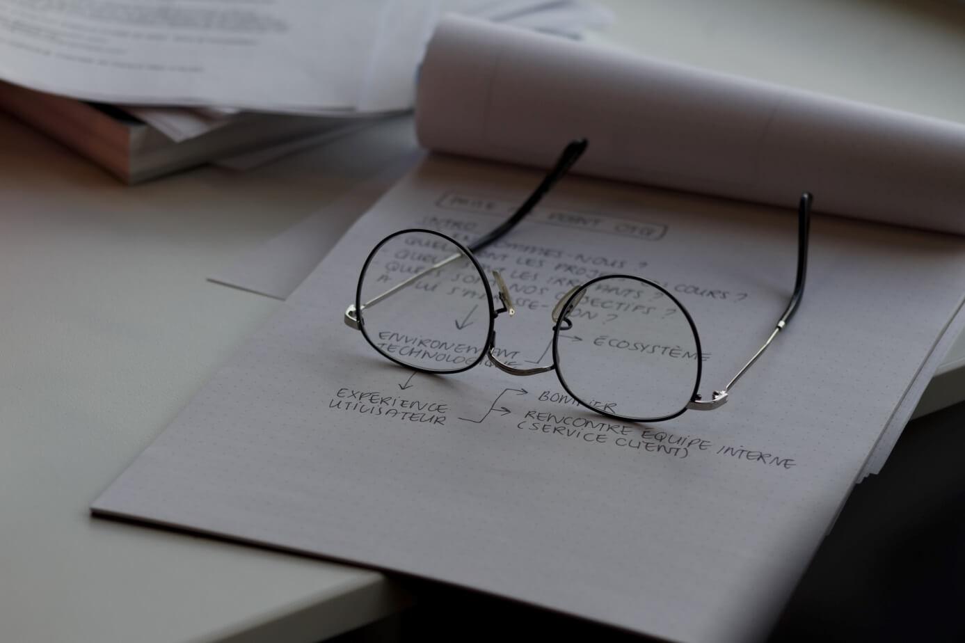 okulary na notatniku
