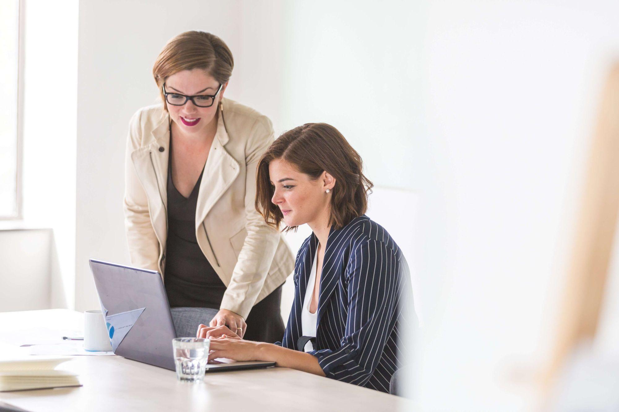 kobieta pracująca z mentorem