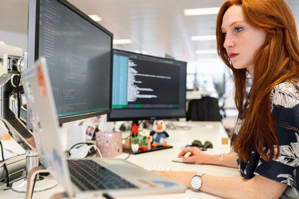 kobieta pracująca w branży IT